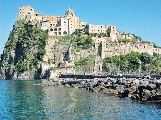 Přísný zákaz výstavby. Ostrov si díky ní zachovává dokonale romantický ráz.