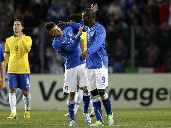 Balotelli se blýskl parádní trefou v utkání proti Itálii.