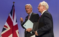 Hlavní aktéři Brexitu: David Davis a Michel Barnier
