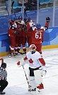 Čeští hokejisté se radují z gólu proti Kanadě.