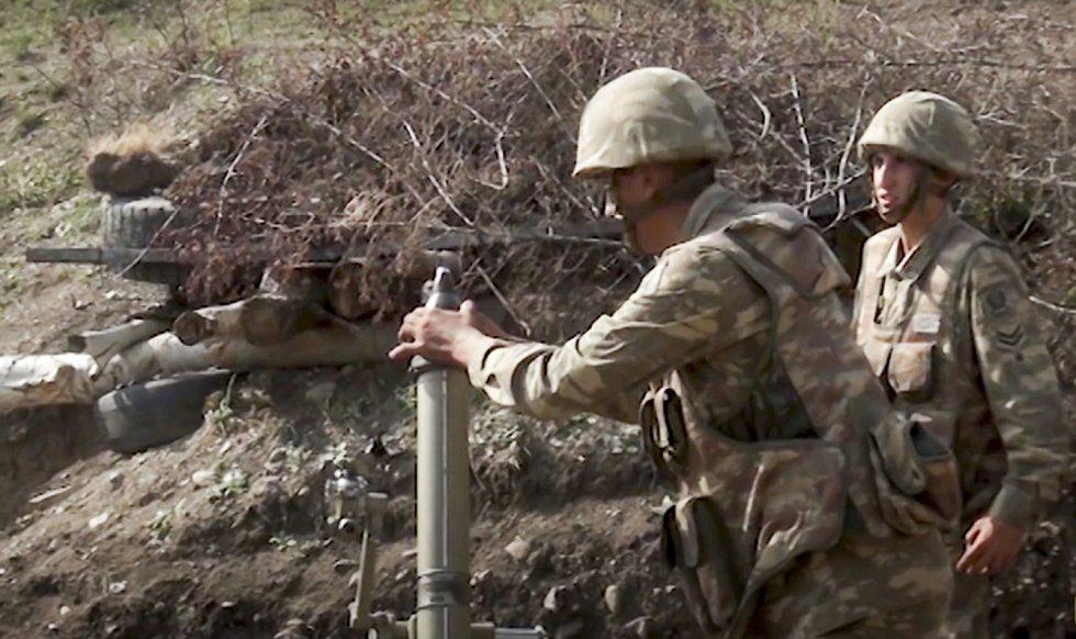 Ázerbájdžánští vojáci obsluhují minomet během bojů v Náhorním Karabachu, 27. září 2020