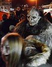 Zaplněné centrum Mostu opět zažilo nejděsivější show roku, průvod pekelných příšer Krampusů.