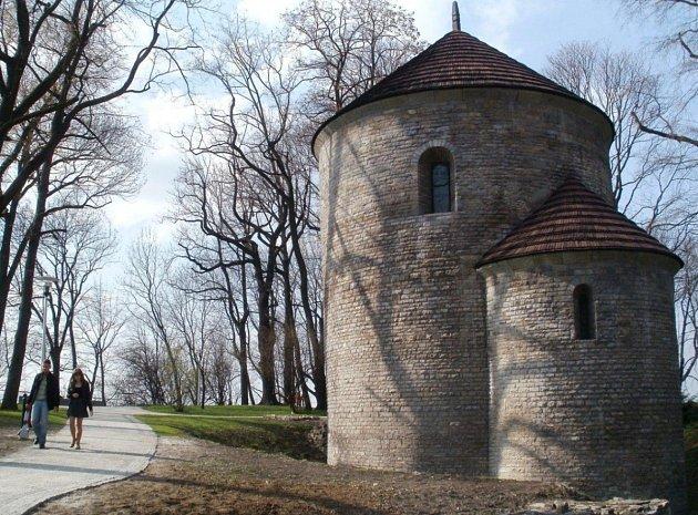 Piastovská věž a rotunda sv. Mikuláše a sv. Václava. Místo, kde se psala polská i česká historie, skrývá Zámecký vrch nad polským Těšínem.