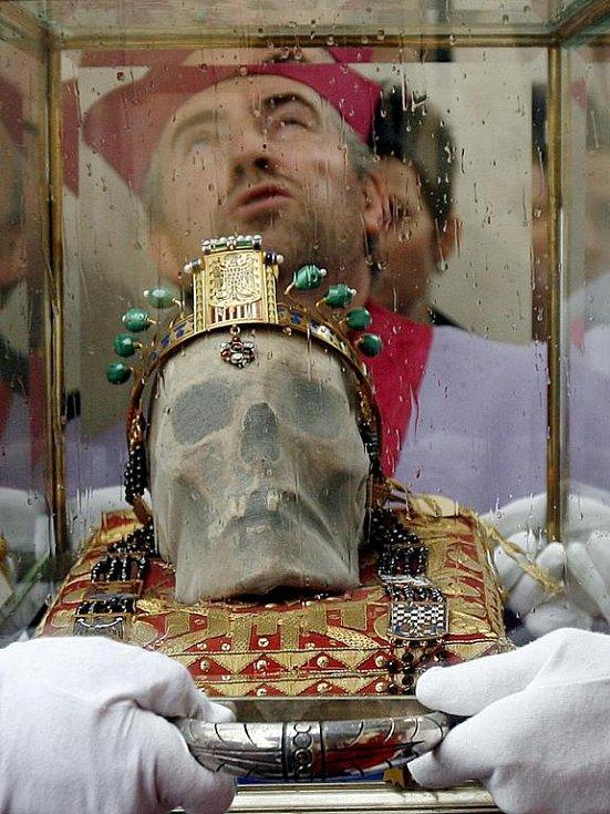 Lebka svatého Václava nesená v průvodu slavnosti ve Staré Boleslavi.