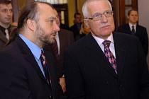 """""""Až prezidentův podpis je tou vlastní ratifikací,"""" řekl prezidentův mluvčí Ladislav Jakl (vpravo)."""