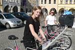 Rekola - růžové bicykly, které se půjčují přes internet, parkují i na náměstí v Českých Budějovicích.