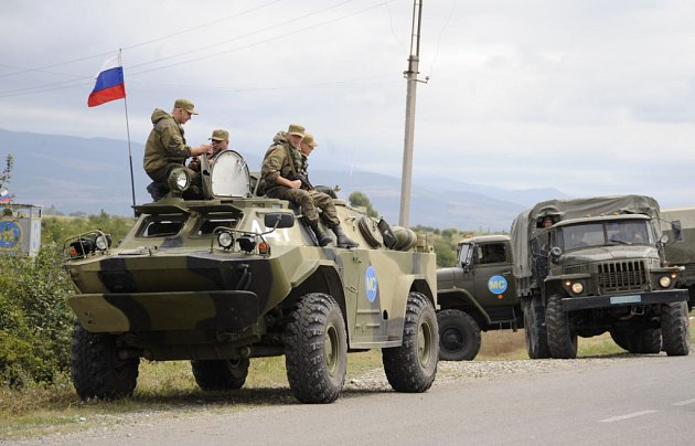 Ruské mírové jednotky střeží silnici u vsi Ergneti.