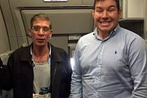 Únos plný paradoxů. Jeden z cestujících se dokonce nechal vyfotografovat s únoscem letadla Sajfem Addínem Mustafou (vlevo).