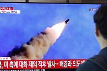 Lidé v Soulu sledují na televizní obrazovce start severokorejské rakety.