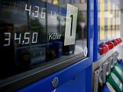 JAK UŠETŘIT. Pokud motoristé nesáhnou k radikálnímu kroku, budou muset daleko více pozornosti věnovat i technickému stavu svého vozu, aby alespoň nějaký litr benzinu ušetřili.