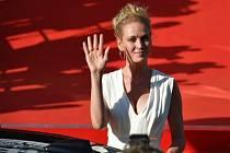 Herečka Uma Thurmanová zdraví 30. června filmové fanoušky před karlovarským hotelem Thermal, kam přijela na zahajovací večer 52. ročníku mezinárodního filmového festivalu.