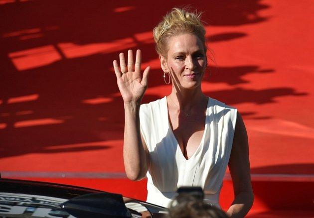 Herečka Uma Thurmanová zdraví 30.června filmové fanoušky před karlovarským hotelem Thermal, kam přijela na zahajovací večer 52.ročníku mezinárodního filmového festivalu.