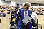 Zleva ministr zdravotnictví Adam Vojtěch přichází na setkání s řediteli českých nemocnic, kteří jednali 3. března 2020 v Praze o aktuální situaci kolem šíření koronaviru