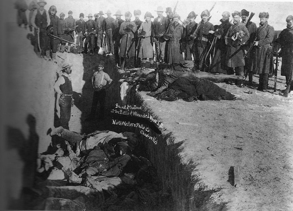 Masový hrob Indiánů u Wounded Knee