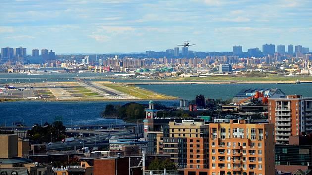 Letiště La Guardia v New Yorku. Před 45 lety se stalo terčem masového teroristického útoku