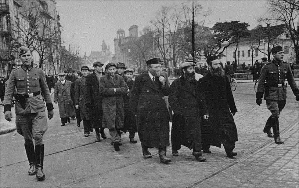 Odvádění židovských mužů na nucené práce prapory řádné policie, Krakowskie Przedmieście, březen 1940