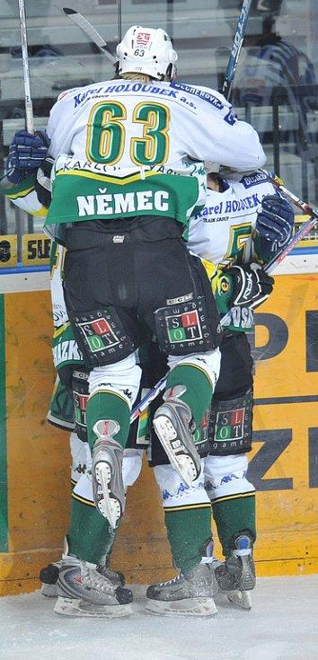 Karlovarští hokejisté se radují z branky ve Svobodově síti.