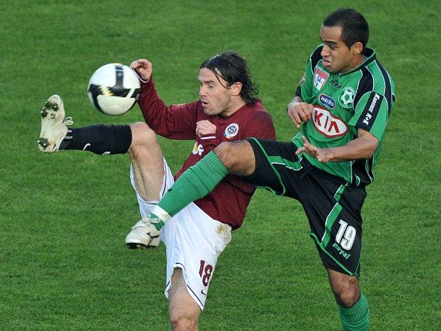 V téměř karatistickém souboji se sparťanem Kiselem příbramský Costa.