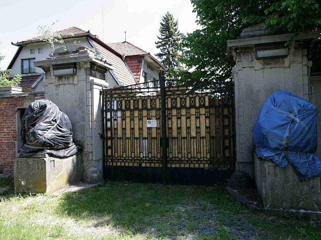 Vjezd do zámku v Panenských Břežanech.
