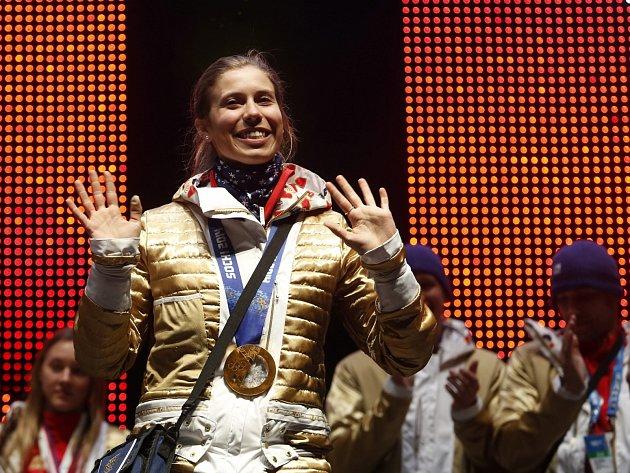 Bunda se zlatou podšívkou se snowboardistce Evě Samkové náramně hodila, když slavila olympijský triumf.