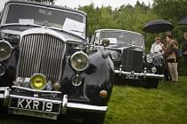 Desítky milovníků aut značek Rolls-Royce a Bentley se sešli 17. května v pražské Dubči na prvním setkání příznivců těchto luxusních aut v Česku.