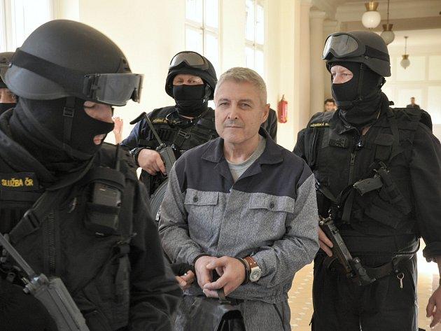 Obnovy řízení se u Městského soudu v Praze domáhá hoteliér Bohumír Ďuričko, který si odpykává trest v trvání 12,5 roku za zastřelení podnikatele z kolotočářské rodiny Václava Kočky v roce 2008.