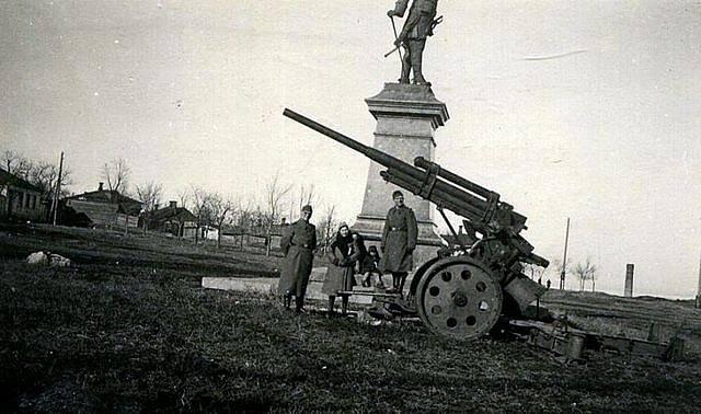 Pomník Petra I. v Taganrogu během boje proti německé okupaci