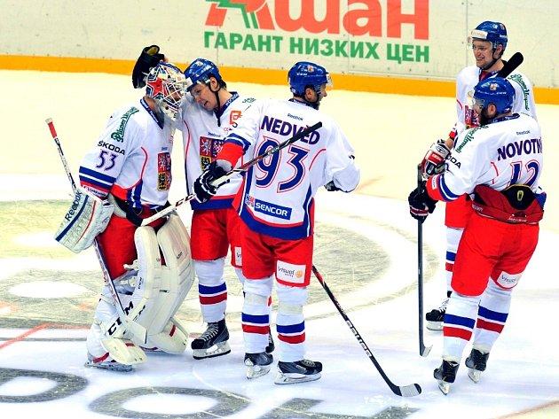 Alexander Salák (vlevo) a gratulace po vítězství