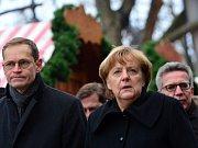Německá kancléřka Angela Merkelová při návštěvě vánočního trhu na berlínském náměstí Breitscheidplatz. Rok 2016