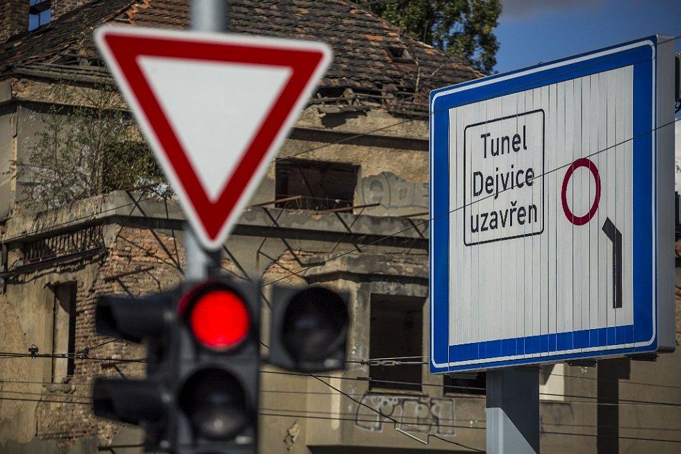 Do pražského tunelového komplexu Blanka vjeli 19. září první řidiči. Šestikilometrový tunel byl zprovozněn po osmi letech budování a se čtyřletým zpožděním.