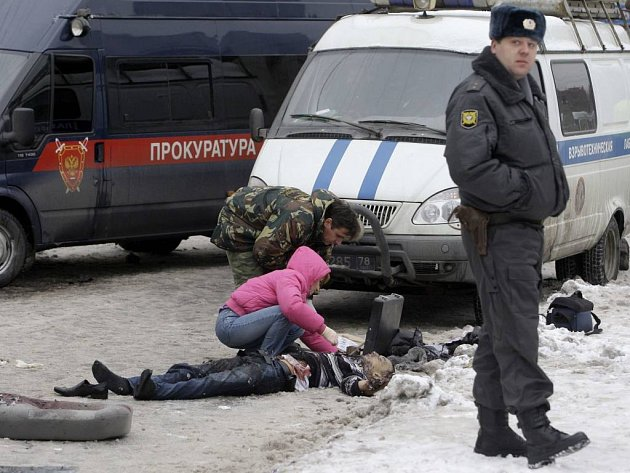 Vyšetřovatelé ohledávají oběť úterního výbuchu v Petrohradu.