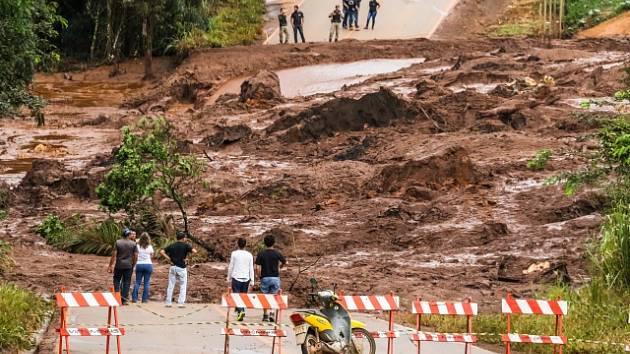 V brazilském dole se protrhla přehrada s hlušinou.