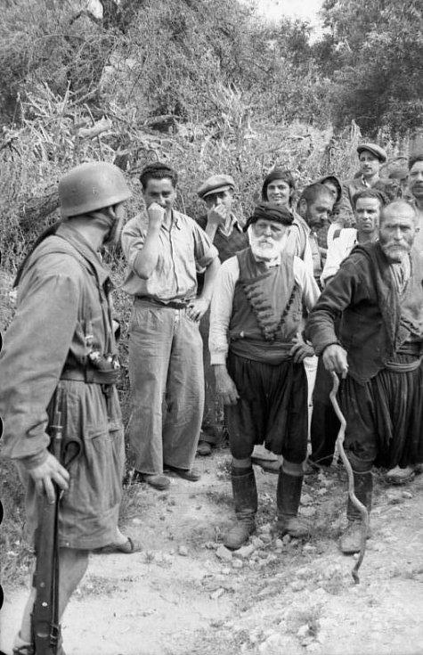 Němečtí parašutisté zadržují vesničany z Kondomari, snímek je z doby krátce před masakrem