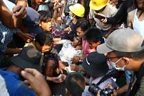 Muž zraněný v Rangúnu při demonstraci proti vojenskému převratu v Barmě