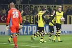 Fotbalisté Dortmundu se radují z gólu proti Neapoli.