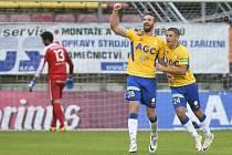 Fotbalisté Teplic David Vaněček (vlevo) a Jan Krob se radují z gólu proti Příbrami.
