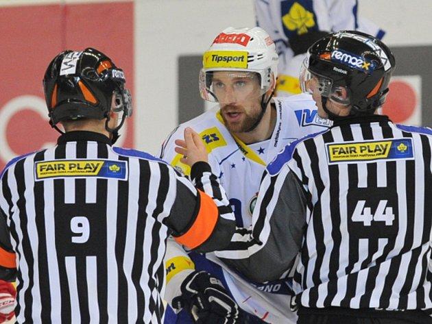 Jakub Koreis z Brna v diskuzi s rozhodčími.