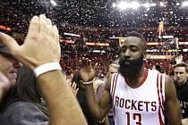 James Harden z Houston Rockets slaví s fanoušky postup do semifinále NBA.