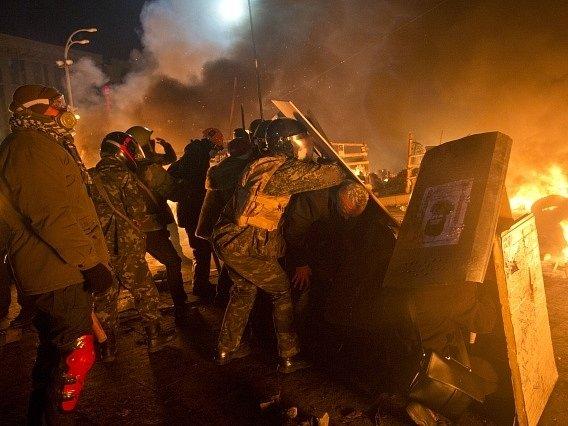 Kyjev prožil noc v plamenech, mrtvých je zřejmě přes dvacet.
