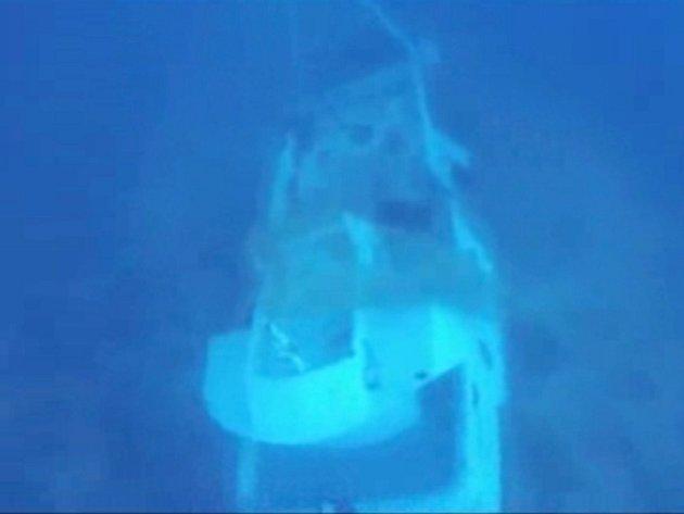 Italští potápěči v neděli 6. října 2013 obnovili pokusy o vyzdvižení těl afrických uprchlíků z potopené lodě u italského ostrova Lampedusa.