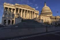 Pohled na budovu Kapitolu ve Washingtonu na snímku z 3. listopadu 2020.  Vlevo část, v níž sídlí Sněmovna reprezentantů