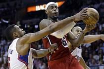 Hvězda Miami LeBron James (vpravo) úřaduje proti LA Clippers.