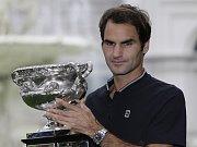 Roger Federer s trofejí pro šampiona Australian Open.