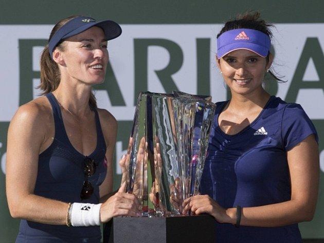 Martina Hingisová (vlevo) ovládla se Sanií Mirzaovou čtyřhru na turnaji v Indian Wells.