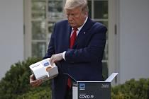 Americký prezident Donald Trump otevírá test na koronavirus