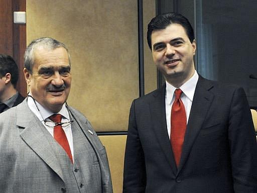 Místní volby v albánské metropoli podle posledního přepočítání hlasovacích lístků vyhrál o pouhých 95 hlasů vládní kandidát Lulëzim Basha (na snímku vpravo), který v primátorském křesle vystřídá šéfa opozičních socialistů Ediho Ramu.