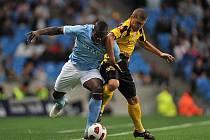 Micah Richards z Manchesteru City (vlevo) v souboji s Alexandru Bourceanem z Témešváru.