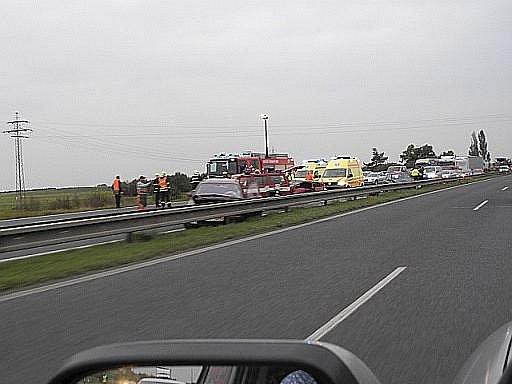 Hromadná nehoda tří vozidel zablokovala mezi 41. až 44.km rychlostní silnici R10 u Mladé Boleslavi.