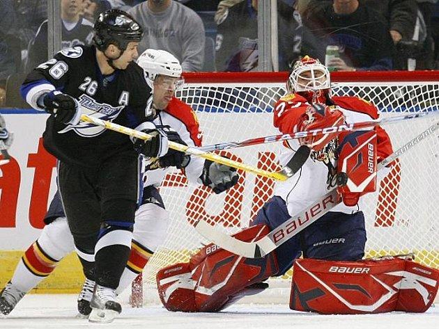 Dvěma góly přispěl v úterním utkání hokejové NHL Martin St. Louis (na snímku z utkání s Floridou v černém) k výhře Tampy Bay nad Vancouverem. Lightnings doma zvítězili 3:1.