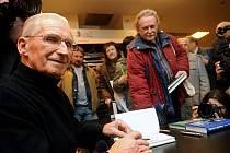 Bývalý předseda československé vlády Lubomír Štrougal (vlevo) podepisoval 5. ledna v Praze své dvě knihy Paměti a úvahy a Ještě pár odpovědí.